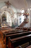 Sun irradia dentro la iglesia Imagenes de archivo
