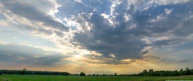 Sun irradia el brillo a través de las nubes Fotografía de archivo