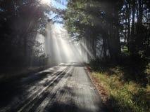 Sun irradia el camino remoto Fotografía de archivo libre de regalías