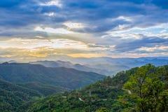 Sun irradia estallar a través de las nubes con el Mountain View, Thaila Fotos de archivo libres de regalías