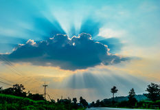 Sun irradia a nuvem Fotos de Stock Royalty Free