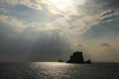 Sun irradia o brilho na ilha abandonada pequena no mar de Andaman fotografia de stock