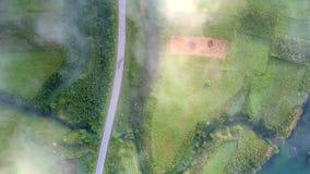 Sun irradia o ponto claro da névoa do resto sobre o vale cruzado pela estrada filme