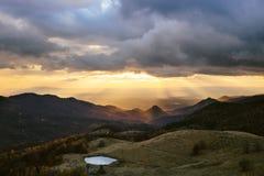 Sun irradia a paisagem da montanha Fotos de Stock