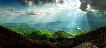Sun irradia paisaje de la montaña Foto de archivo
