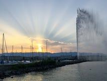Sun irradia sobre el jet D'eaux en Ginebra, Suiza Fotos de archivo