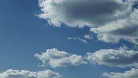 Sun ist durch die Wolken glänzend, die Sonnenstrahlen machen stock footage