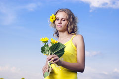 Sun-junges Mädchen auf dem Gebiet mit Sonnenblumen Lizenzfreie Stockfotos