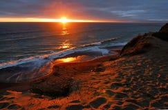 Sun juste plaçant après l'horizon et brillant sur le bluff chez Pacifica près de San Francisco Images libres de droits