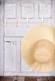 Sun kapeluszowy obwieszenie od odzieżowej linii Zdjęcie Royalty Free