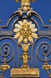 The Sun konung, detalj av metallporten av chateauen de Versailles, Paris Arkivbild