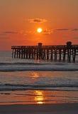 The Sun, la jetée et la mer Photographie stock libre de droits