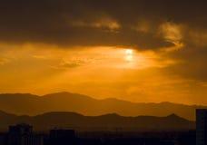 Sun-Licht über dem Berg lizenzfreies stockbild