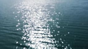 Sun-Licht, das auf dem Seeozean schafft einen bokeh Effekt - Entspannungshintergrund glänzt stock footage
