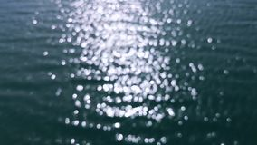 Sun-Licht, das auf dem Seeozean schafft einen bokeh Effekt - Entspannungshintergrund gl?nzt stock footage