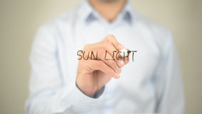 Sun-Licht, Mann-Schreiben auf transparentem Schirm Stockfotografie