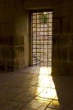 Sun-Lichtdurchlauf das Gefängnisfenster Stockfoto