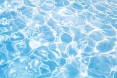 Sun-Lichter im natürlichen Hintergrund des blauen Wassers Stockfotografie