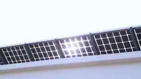 Sun-Lichtglanz durch Solarzellendach stock footage