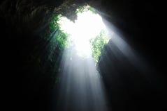 Sun-Lichtstrahl innerhalb einer Höhle Lizenzfreie Stockbilder