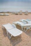 Sun loungers på strand Royaltyfri Bild
