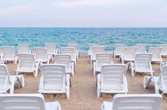 Sun loungers på stranden Royaltyfri Fotografi