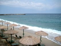 Sun-loungers sulla spiaggia immagine stock