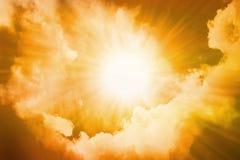 Sun lumineux en ciel de coucher du soleil image stock