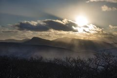 Sun luminoso che perfora le nuvole nelle montagne di Catskill immagini stock libere da diritti