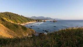 Sun móvel das ondas e mover-se em Crescent Beach ao longo do Oceano Pacífico no canhão encalha o lapso de tempo 1080p de Oregon video estoque