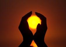 Sun in mani Fotografie Stock Libere da Diritti