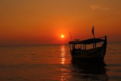 Sun, Meer und Boot Lizenzfreie Stockfotografie