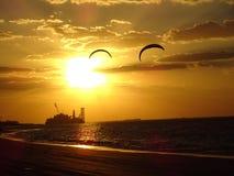 Sun-Meer und eine Ölplattform im Abstand Lizenzfreies Stockbild