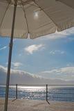 Sun, Meer und Regenschirm Lizenzfreie Stockfotos
