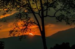 Sun messo alla montagna, Tailandia Fotografie Stock