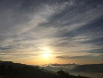 Sun messo con nebbia fotografie stock