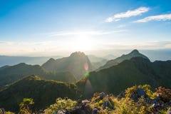 Sun messo sopra le sotto colline alpine Immagini Stock Libere da Diritti