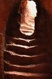 Sun mira a escondidas con la abertura a las escaleras antiguas del callejón - Etiopía Imagen de archivo libre de regalías