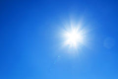 Sun mit blauem Himmel Stockbild