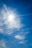 Sun mit Blendenfleck, auf Hintergrund des blauen Himmels Lizenzfreie Stockbilder