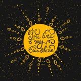 Sun mit Hand gezeichnetem Typografieplakat Stockbilder