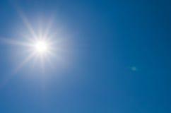 Sun połysk na niebieskim niebie zdjęcia royalty free