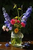 Sun nach Regen - bunter Blumenblumenstrauß im Garten stockfotos