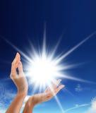 Sun nelle mani fotografia stock libera da diritti