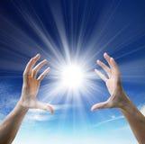 Sun nelle mani Fotografia Stock