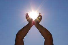 Sun nelle mani Immagine Stock