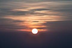 Sun nelle mattine nebbiose Fotografia Stock Libera da Diritti