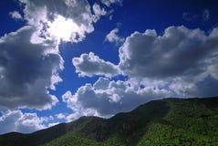 Sun nelle montagne Immagini Stock