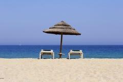 Sun-Nichtstuer auf sandigem Strand, Co Stockbilder
