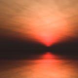 Sun niedrig im Horizont über Wasser stock abbildung